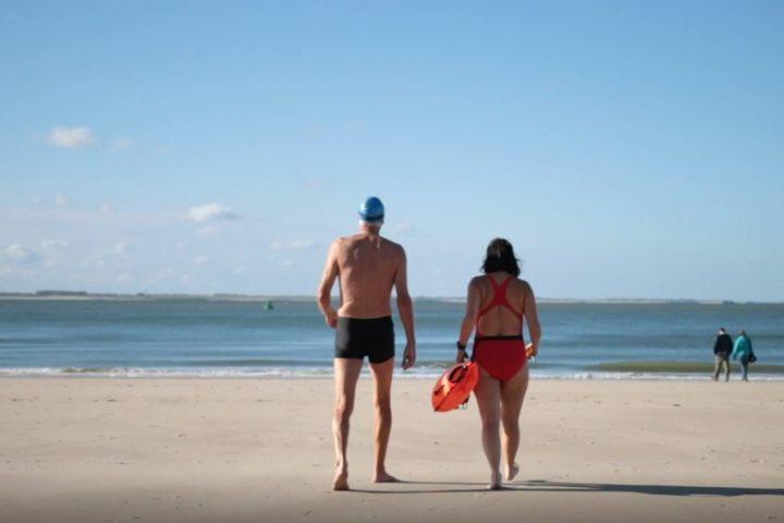 FrisseDuik video YouTube vertelt verhalen van mensen die buiten koudwater zwemmen in open natuurwatern, koude therapie, heilzaam.